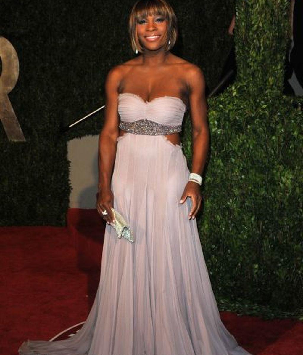 Serena Williams deja la camiseta por el look más elegante