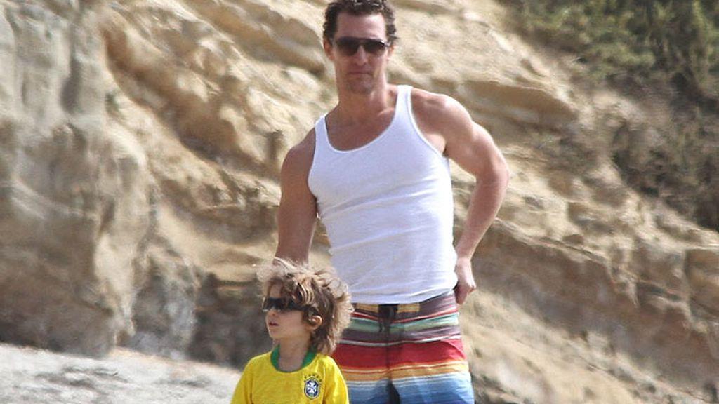 Matthew McConaughey con su hijo Levi en Los Angeles