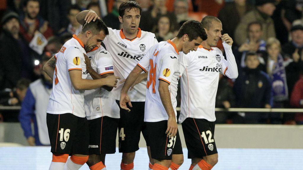 Paco Alcacer felicitado por sus compañeros tras marcar al Kuban Krasnodar