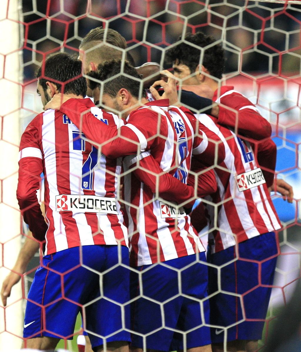 Los jugadores del Atlético de Madrid celebran el gol marcado por su compañero el uruguayo Diego Roberto Godín