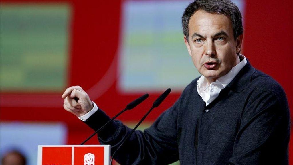 El presidente del Gobierno y secretario general del PSOE, José Luis Rodríguez Zapatero, se dirige a los asistentes a la Convención Autonómica Socialista que ha clausurado hoy en la Sala Multiusos del Auditorio de Zaragoza. EFE