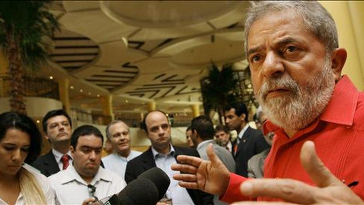 El presidente brasileño Luiz Inácio Lula da Silva (d) ofrece declaraciones a la prensa ayer 30 de junio, a su llegada a Trípoli (Libia), para participar en la XIII cumbre de la Unión Africana (UA), en la que intervendrá como orador invitado. EFE