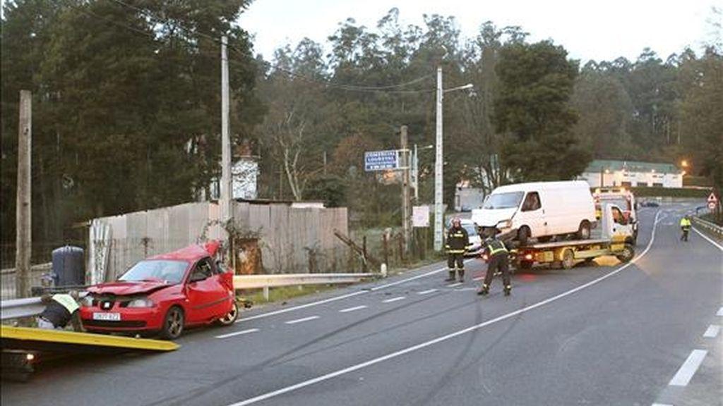 Accidente de tráfico que tuvo lugar ayer en la carretera de Redondela a Porriño en el que tres personas resultaron heridas, dos de ellas de gravedad, al derrapar un vehículo (izda.) y colisionar contra una furgoneta (al fondo) que circulaba en dirección contraria. EFE/Archivo