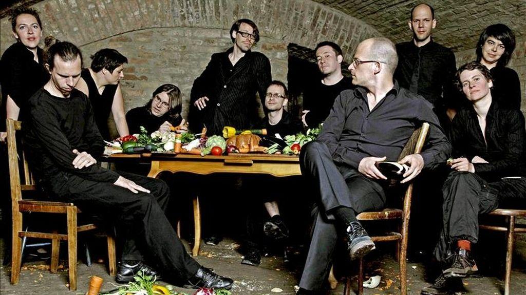 """Fotografía facilitada por Zoefotografie de los 11 integrantes de la """"Orquesta de las verduras"""", que han lanzado un tercer disco titulado """"Onionoise"""" (El sonido de las cebollas), con las hortalizas como todo instrumento. EFE"""