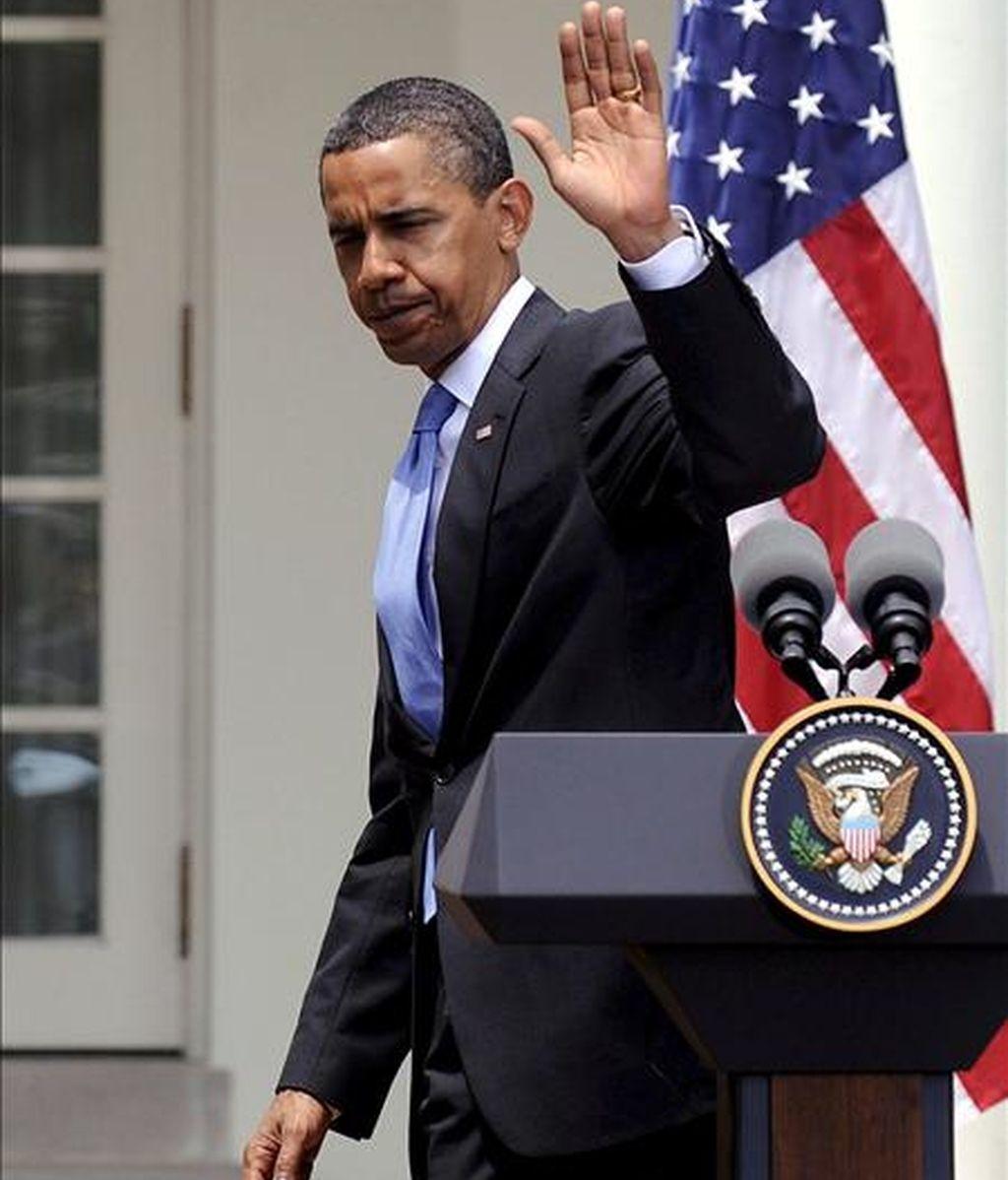 El presidente estadounidense, Barack Obama, se despide tras la rueda de prensa que ofreció ayer en los jardines de la Casa Blanca junto al presidente de Corea del Sur Lee Myung-bak. EFE