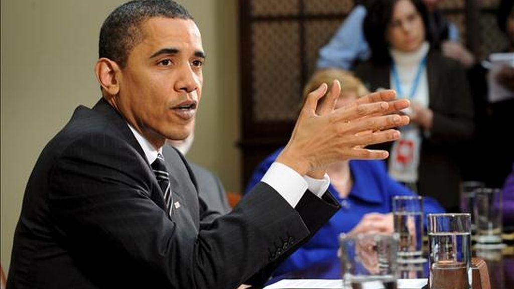 El presidente de los Estados Unidos, Barack Obama, (i), ofreciendo unas declaraciones tras su encuentro con sus principales asesores económicos en la Casa Blanca este viernes. EFE