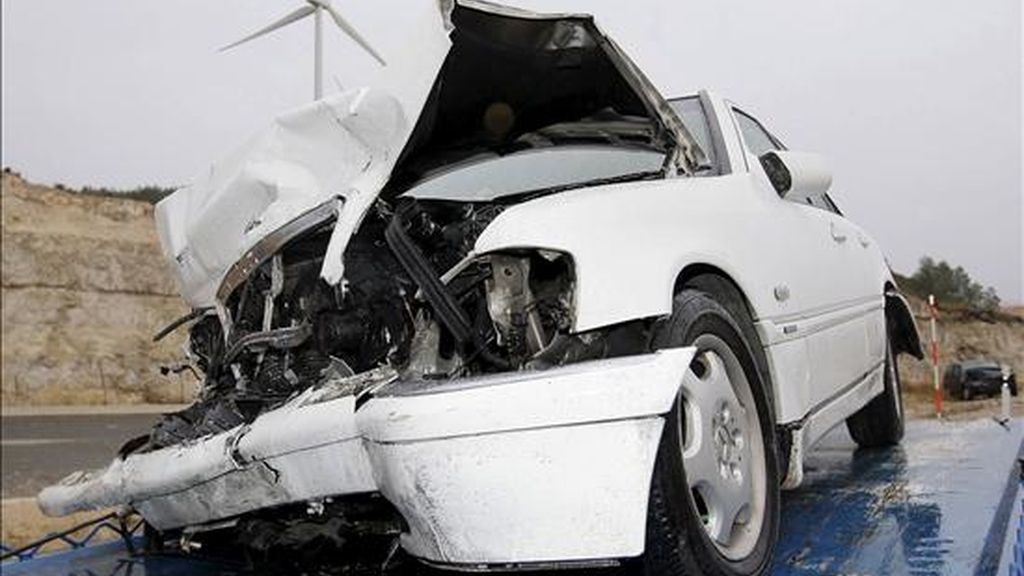Estado en el que quedó uno de los vehículo tras el accidente en el que nueve personas han resultado heridas, tres de ellas graves, como consecuencia de una colisión en el que se han visto implicados tres vehículos en la carretera N-111, dentro del término municipal de Radona (Soria). EFE/Archivo