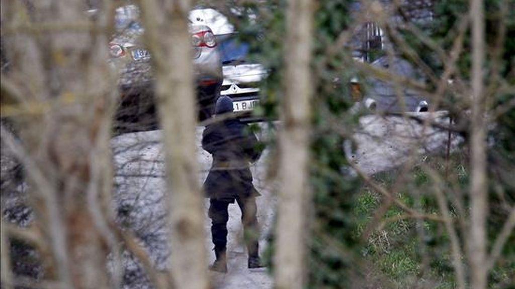 Un agente de la Ertzaintza trabaja en una zona próxima a la localidad guipuzcoana de Ordizia, donde, a primeras horas de la mañana, han iniciado la inspección del zulo con armas de la banda terrorista ETA que fue hallado anoche, en el que habría, al parecer, armas cortas, largas y munición, además de un tubo lanzagranadas para arrojar granadas MEKA. EFE