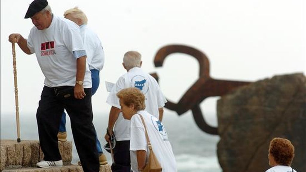 Un grupo de pensionistas participantes en la Marcha regular organizada por el Día de las Personas Mayores en San Sebastián. EFE/Archivo