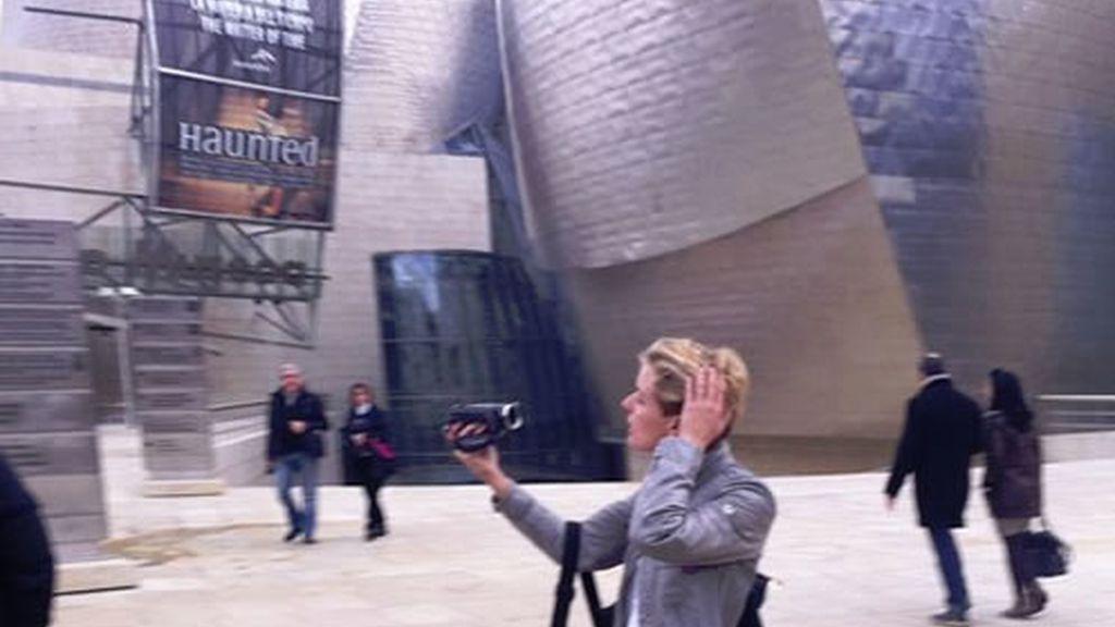 Tania grabando el videoblog a los pies del guggenheim