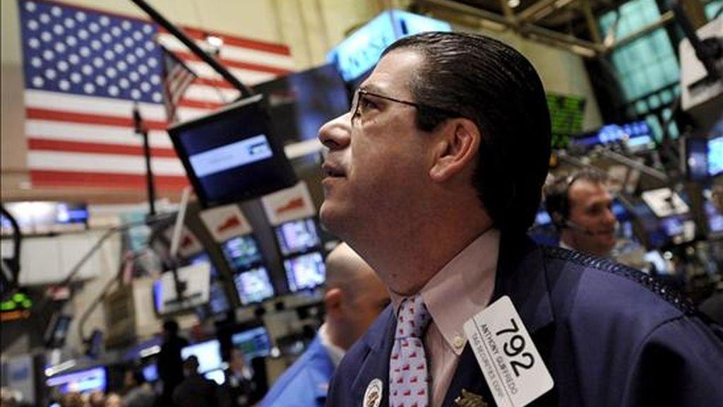 Corredores de bolsa trabajan en la Bolsa de Valores de Nueva York (NYSE, por su sigla en ingles), al final de la jornada de cambio en Nueva York (EE.UU.). El índice industrial Dow Jones concluyó el día sobre 200 puntos, continuando con su tendencia ascendente de las últimas semanas y acercándose a los 8000 puntos. El empuje llega luego de que los poderes económicos más grandes a nivel mundial alcanzaron un acuerdo este jueves que apunta a fortalecer un nuevo orden financiero global, así también como la importancia del apoyo clave de las instituciones internacionales de dar un trillón de dólares en un esfuerzo para ayudar a las naciones a salir de esta crisis. EFE