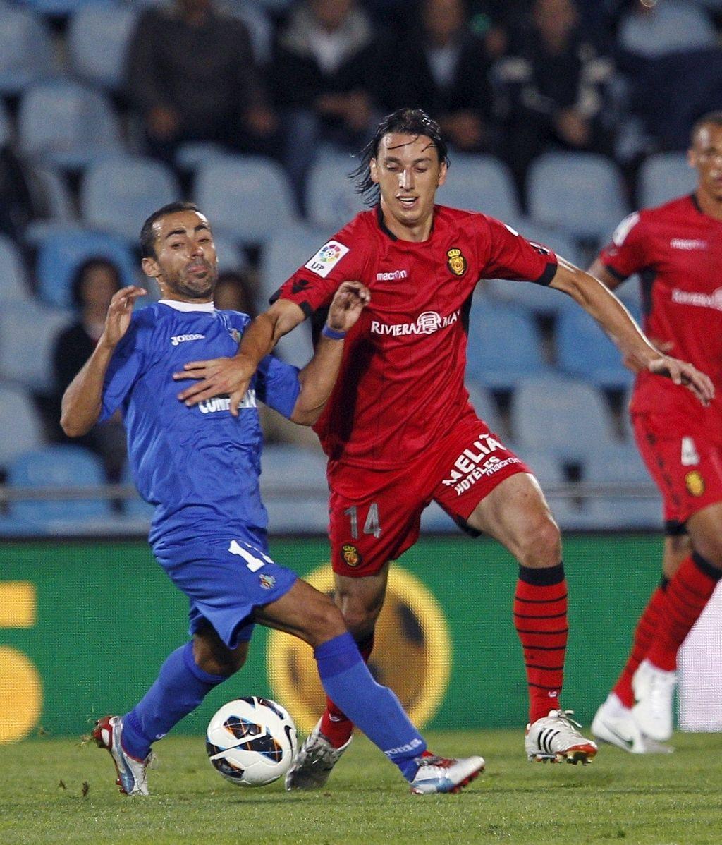 El centrocampista del Getafe Diego Castro, autor del gol del partido, y el defensa brasileño del Mallorca Pedro Tunon Geromel luchan por el balón