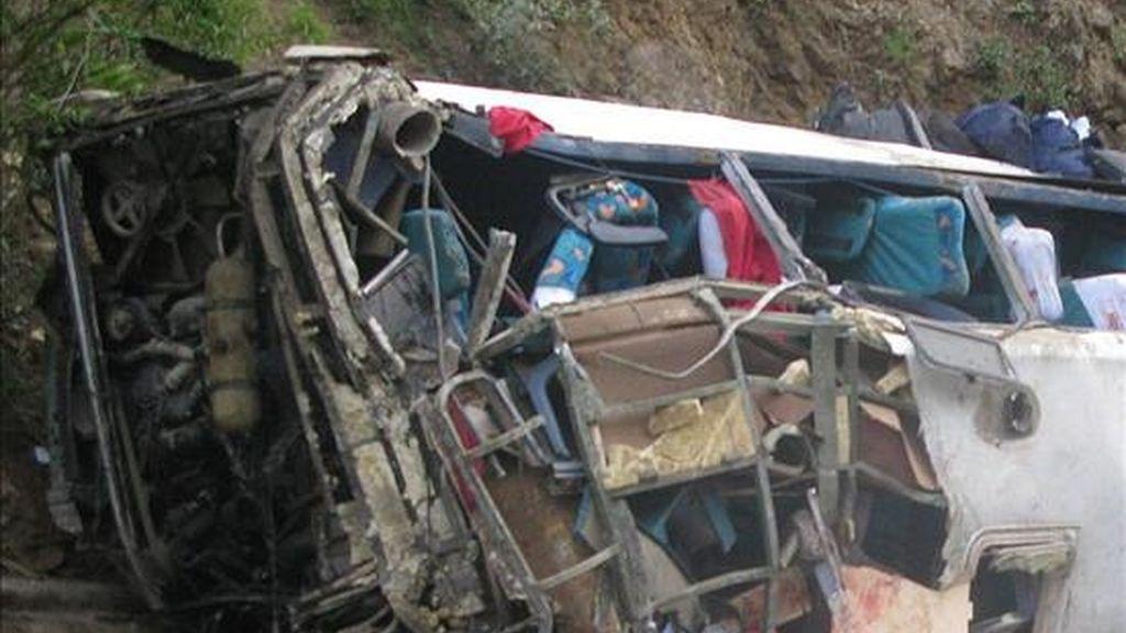 Al menos 12 personas murieron y 18 resultaron heridas al volcarse el autobús en el que viajaban cerca de la ciudad andina de La Oroya, en el centro de Perú. EFE/Archivo
