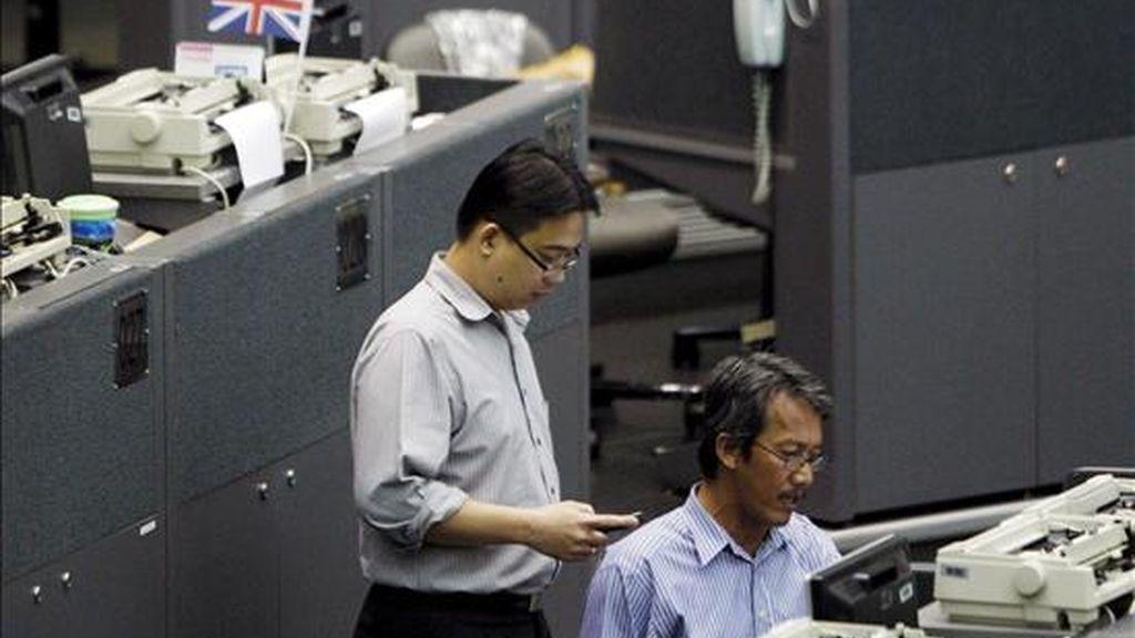 Dos agentes trabajan en la Bolsa de Indonesia, en Yakarta (Indonesia). EFE/Archivo