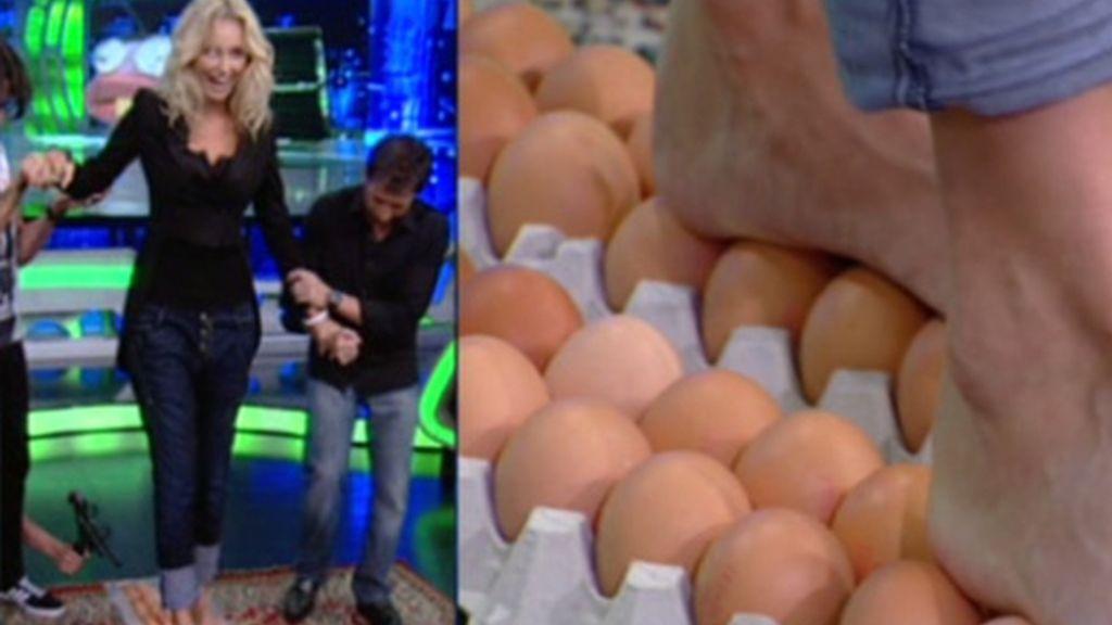 Adriana Karembeu, desfila sobre huevos en El Hormiguero