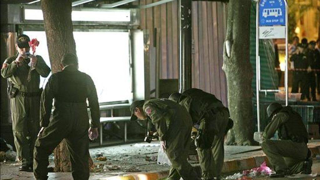 Artificieros inspeccionan la zona donde se ha producido una explosión en un supermercado de la calle Ratchadamri en Bangkok, Tailandia, hoy. EFE