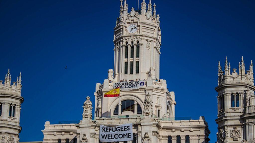 Hogar Social Madrid responde al 'Refugees Welcome' de Carmena con otra pancarta