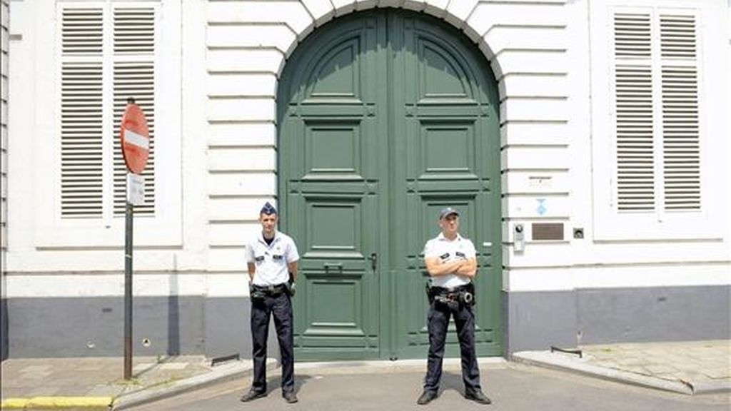 Policías vigilan la entrada a la sede del arzobispado de Malinas-Bruselas. EFE