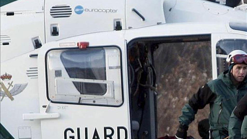 Un helicóptero en un rescate de montaña. EFE/Archivo