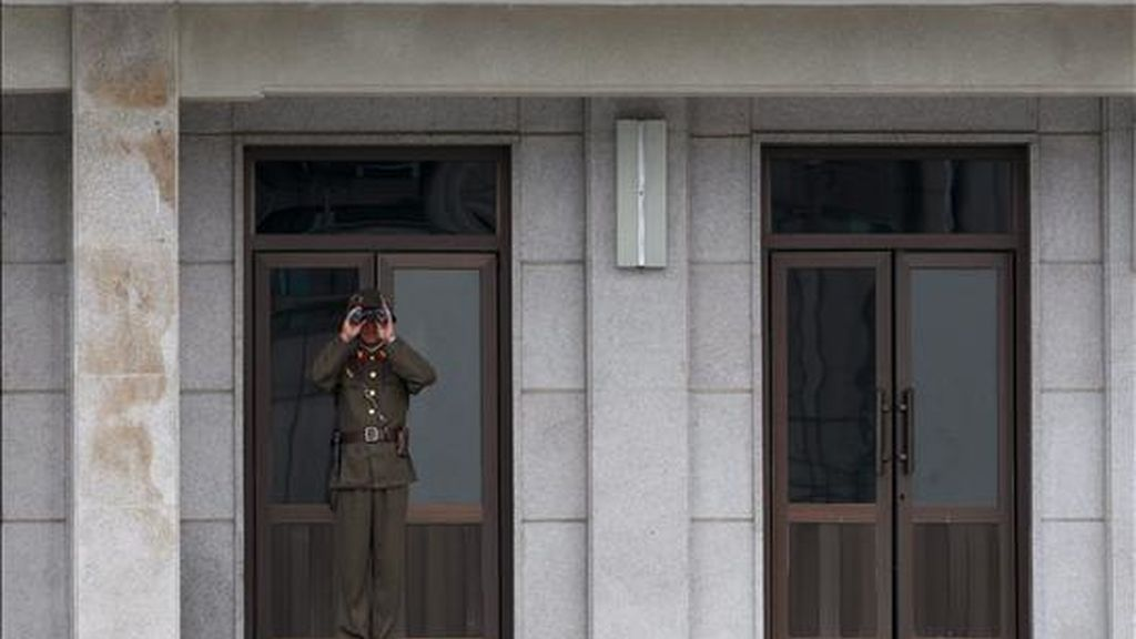 Un soldado norcoreano observa por unos binoculares en la Línea de Demarcación Militar en la Zona Desmilitarizada, en la frontera ubicada en la villa de Panmunjom (Corea del Sur). EFE