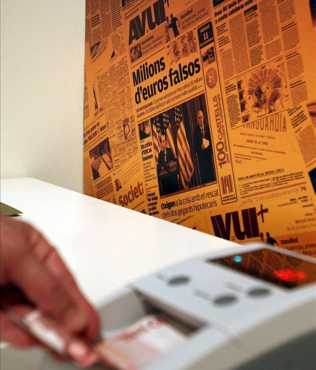Una máquina que averigua si los billetes son falsos. EFE/Archivo