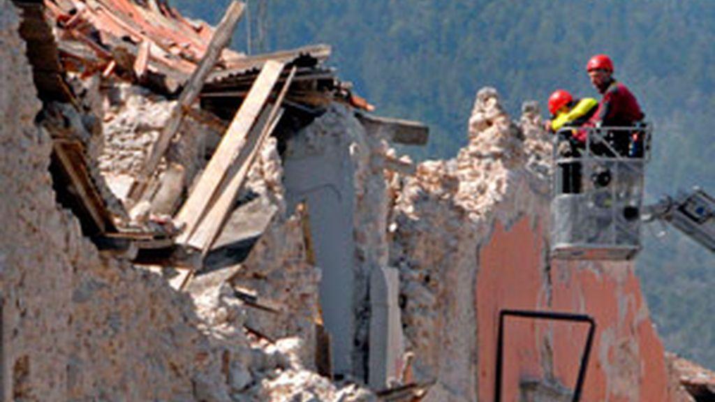 Miembros de los servicios de rescate de Italia inspeccionan las ruinas del Palacio del Gobierno de L'Aquila. Foto: EFE.