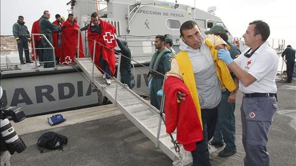 Un grupo de inmigrantes llegados al puerto de Almería el pasado mes de marzo. EFE/Archivo