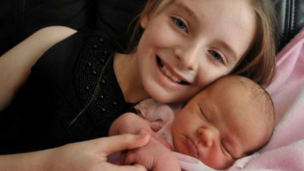Con solo 11 años ayuda a su madre a dar a luz