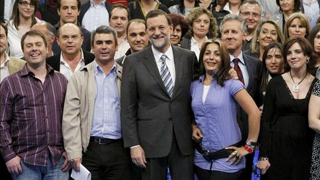 """El presidente del Partido Popular, Mariano Rajoy (c), posa con todos los participantes que han formulado las preguntas en el programa de Televisión Española """"Tengo una pregunta para usted"""". EFE"""