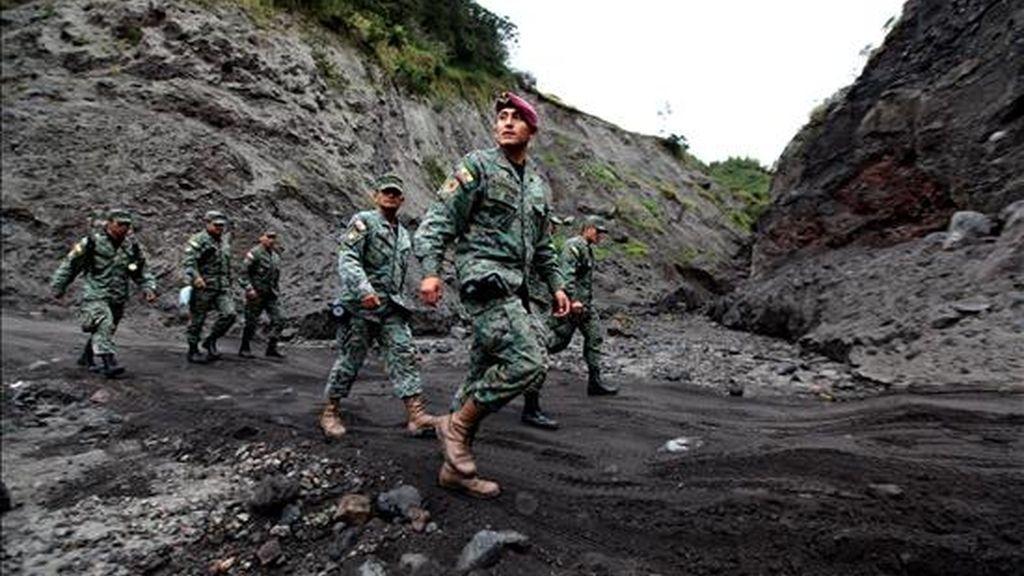 Militares ecuatorianos de las Fuerzas Especiales del Ejército acuden a atender la emergencia en la zona de peligro del volcán Tungurahua en Cusua (Ecuador). EFE