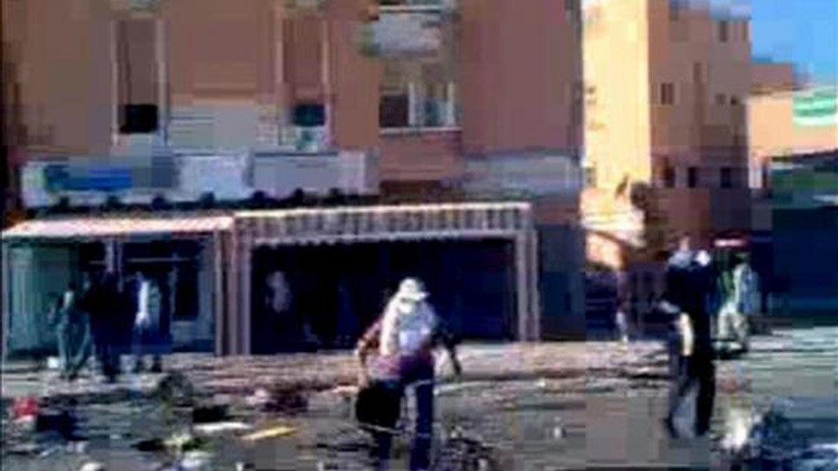 Imagen captada de un vídeo colgado en la página web de Resistencia Saharaui en la que se muestran los enfrentamientos de hoy entre la población y las fuerzas de seguridad marroquíes en las calles de El Aaiún, dentro de la espiral de violencia creada tras el desmantelamiento por la fuerza del campamento de protesta de Gdaim Izik. EFE