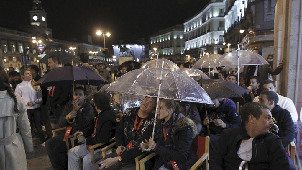 Usuarios, a las puertas de un establecimiento situado en la Puerta del Sol de Madrid