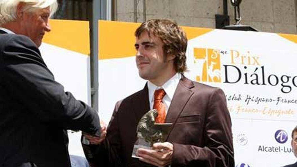Alonso recibe el premio de Diálogo. Vídeo: Atlas