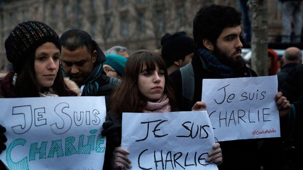 Miles de personas se concentran en París tras el brutal atentado