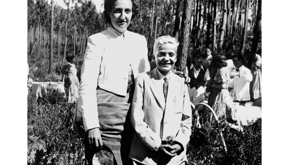 El Rey niño junto a su madre durante el exilio en Lisboa