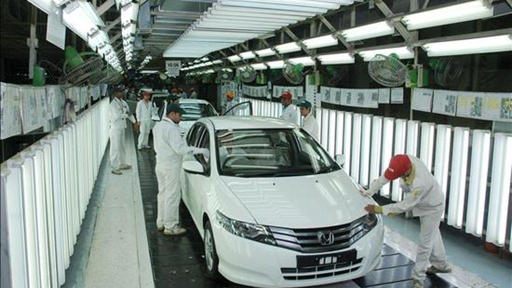 Varios operarios examinan ejemplares de coches Honda en la fábrica de Noida, Nueva Delhi (India). EFE/Archivo