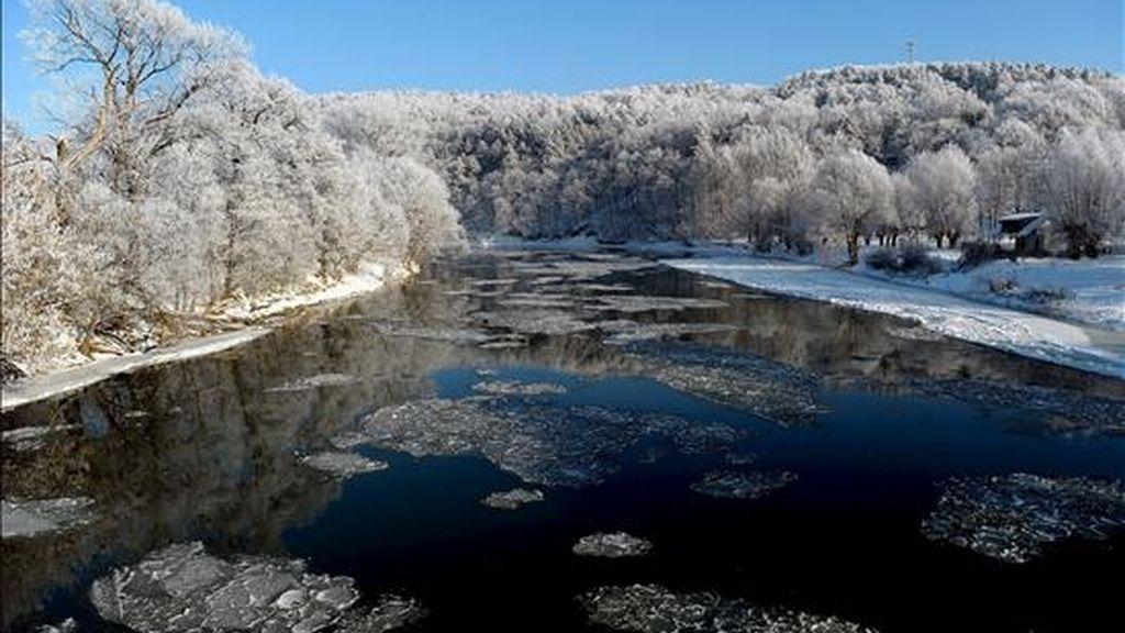 Pedazos de hielo flotan en el río San en Krasiczyn en el distrito de Bieszczady, al suroeste de Polonia. EFE