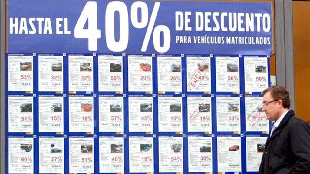 Un concesionario de vehículos con un cartel anunciando grandes decuentos por la compra de turismos y todoterrenos, ante el retroceso de ventas en este sector afectado por la crisis. EFE/Archivo