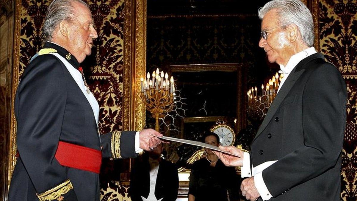 El rey Juan Carlos (i), que presidió hoy en el Palacio Real la presentación de las cartas credenciales de los embajadores de diversos países, con el representante de Costa Rica, Ekhart Peters. EFE