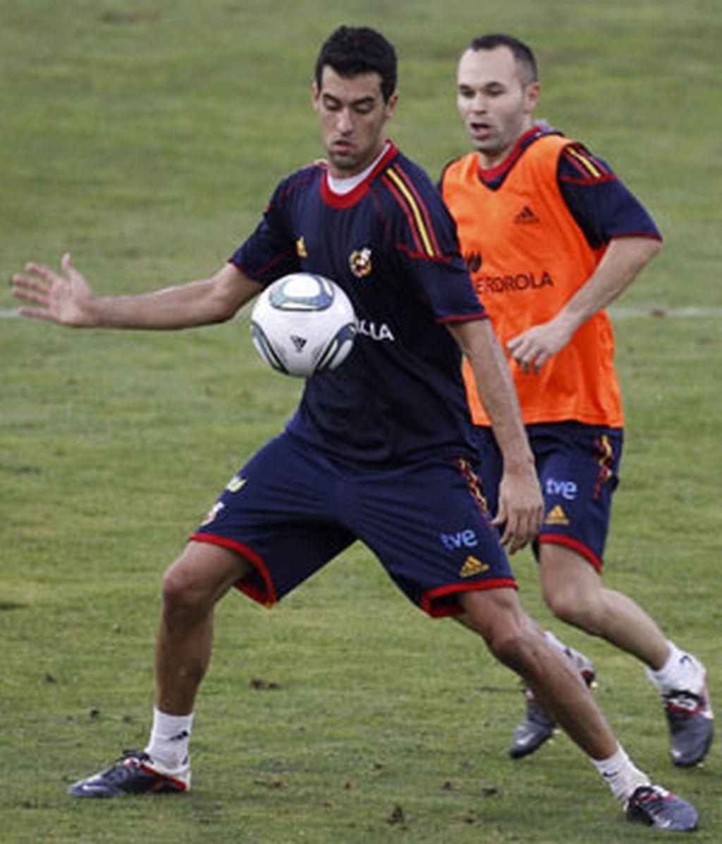 Los centrocampistas de la selección nacional de fútbol, Sergio Busquets y Andrés Iniesta durante el entrenamiento que el combinado nacional ha llevado a cabo en Las Rozas. Foto: EFE