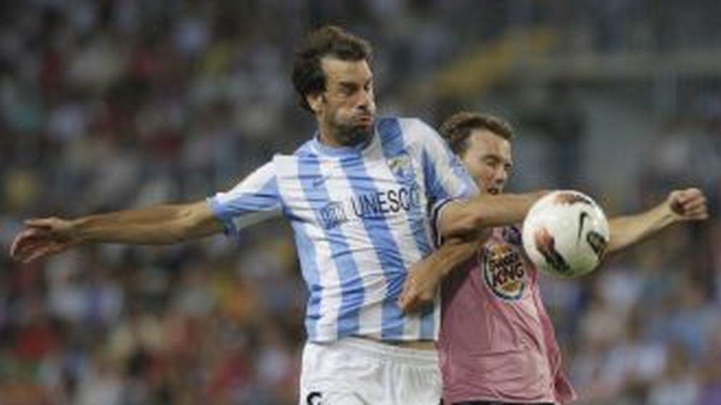 Van Nistelrooy pelea un balón. EFE