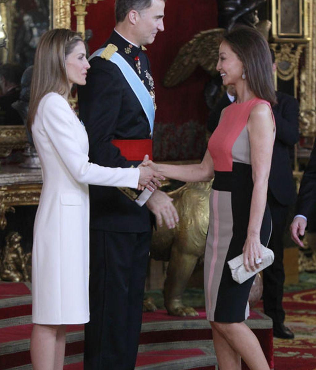 Isabel Preysler ha acudido con un elegante vestido de tres colores