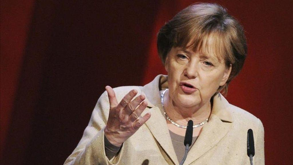 La canciller alemana, Angela Merkel, interviene durante la inauguración de la Feria Internacional de Tecnologías, Innovación y Autómatas en Hanover (Alemania). Merkel fue operada este jueves de una rodilla debido a una fisura en el menisco interior. EFE