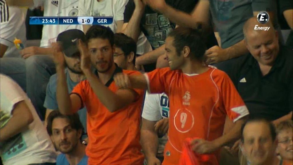 Dos aficionados celebran en la grada el juego de su equipo.