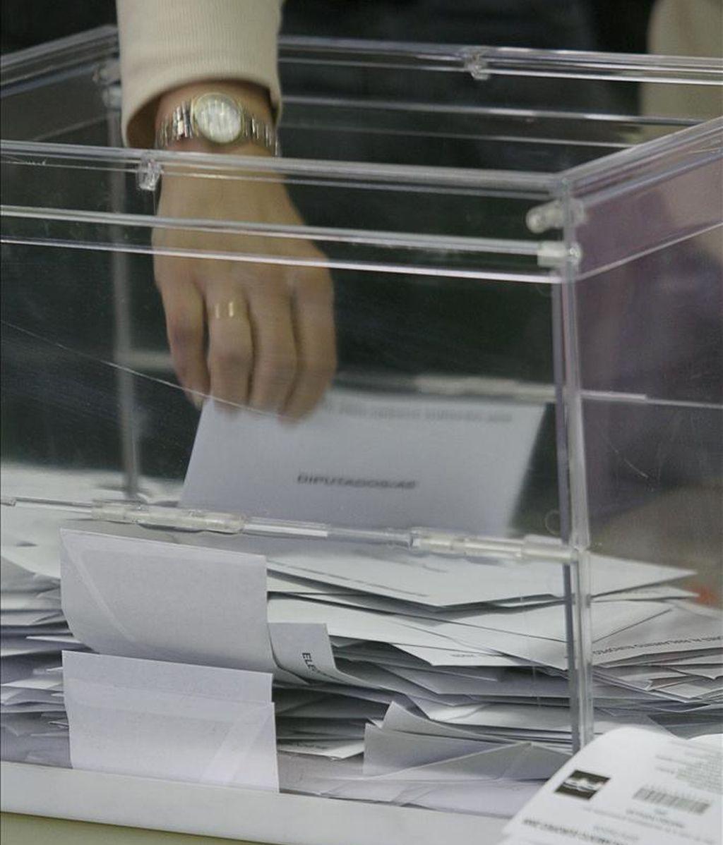 Una integrante de una mesa de un colegio electoral en Madrid procede al inicio del recuento de los votos tras el cierre de las mesas en las elecciones europeas de 2009. EFE/Archivo