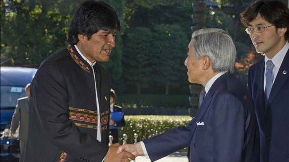 El presidente de Bolivia, Evo Morales (i), saluda al emperador japonés, Akihito (d), hoy, 8 de diciembre de 2010, después de llegar al Palacio Imperial en Tokio (Japón). Morales se encuentra en una visita oficial al país. EFE