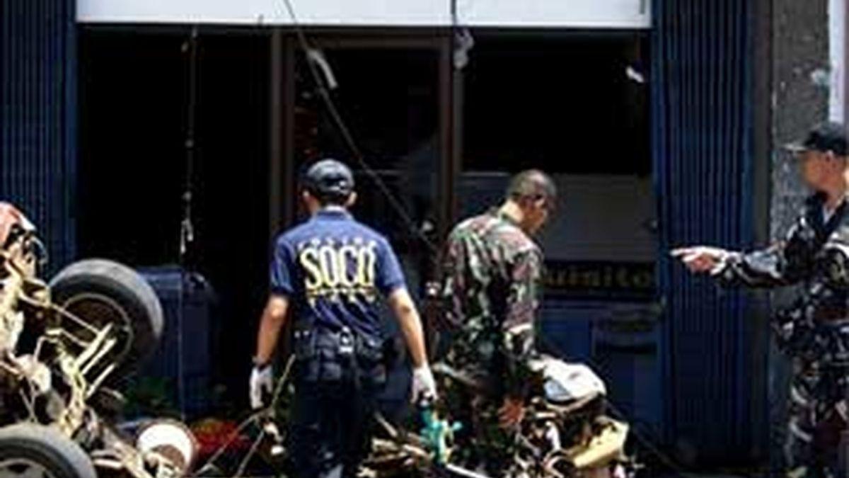Miembros de la policía filipina buscan pruebas tras un ataque terrorista en la ciudad de Iligan, al sur de Manila, Filipinas. Foto: EFE/Archivo
