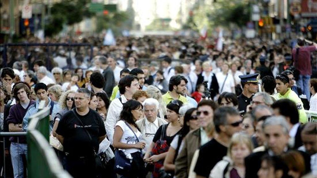 Simpatizantes del ex presidente argentino Raúl Alfonsín hacen fila para despedir sus restos en el Congreso Nacional en Buenos Aires. EFE