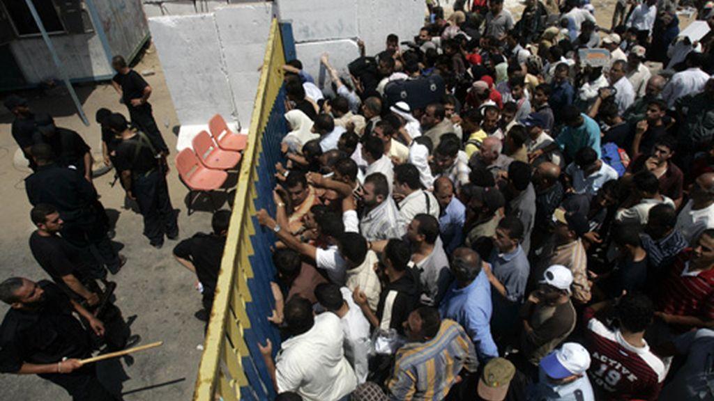 Un grupo de palestinos espera para poder cruzar la frontera de Gaza. Foto: AP.