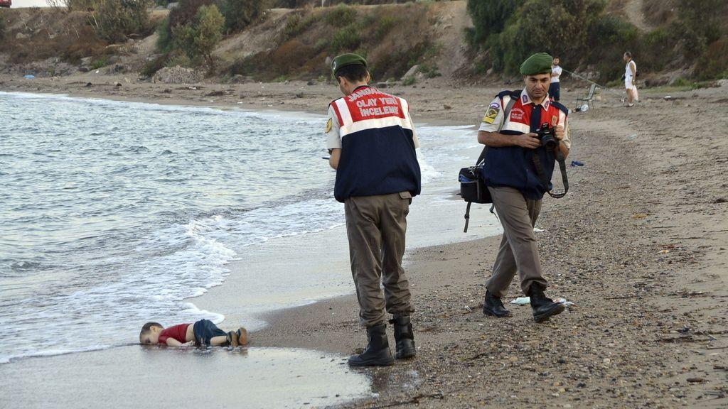 Dos policías turcos trabajan junto al cuerpo sin vida de un niño refugiado ahogado